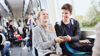 Jugendliche in der Badner Bahn